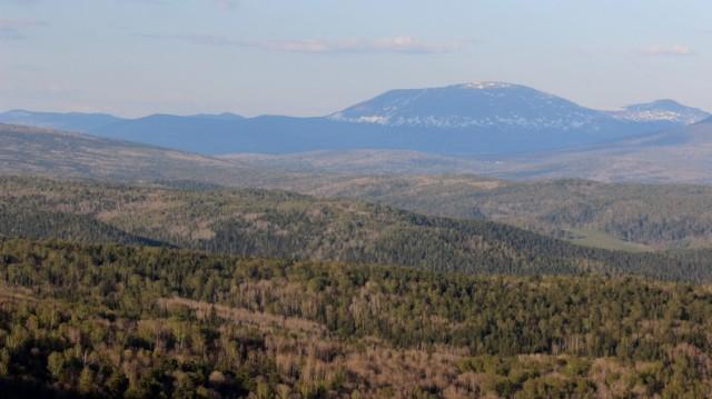 Правее этой горы, за долиной, видно самую высокую гору региона - Большой Ямантау.