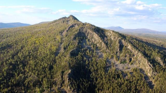 Напротив, с той стороны реки Малый Инзер, высится громада горы Малый Ямантау.